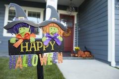 Подпишите внутри сад дома празднуя хеллоуин Стоковая Фотография RF