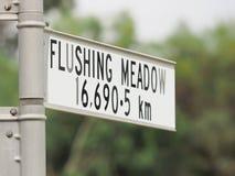 Подпишите заявлять расстояние от знака к топя лугу в Нью-Йорке Стоковые Изображения