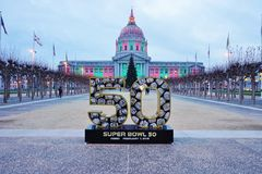 Подпишите на Супер Боул 50 2016 NFL, который нужно держать в области San Francisco Bay Стоковое Фото