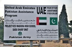 Подпишите доску для фондированного UAE проекта развития реконструкции в долине тяжёлого удара, Пакистане стоковые фотографии rf