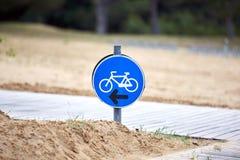 Подпишите показывать путь велосипеда на пляже Стоковые Фотографии RF