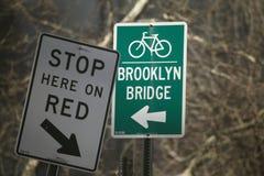 Подпишите сразу к Бруклинскому мосту для велосипедов, Нью-Йорку, Нью-Йорку, США Стоковые Изображения