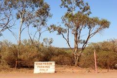 Подпишите для поезда дороги паркуя только в австралийском захолустье стоковое фото
