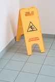 Подпишите для скользкого плиточного пола, внутри помещения, опасность Стоковое Изображение