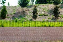 Подпорная стенка блока покрытая с загородкой черного листового железа Стоковые Фотографии RF
