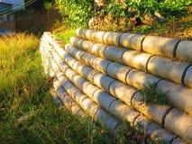 Подпорная стенка на травянистом горном склоне Стоковое Изображение