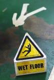 пол предосторежения показывая предупреждение знака влажное Стоковые Фотографии RF