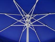 Под предпосылкой зонтика - синью Стоковая Фотография