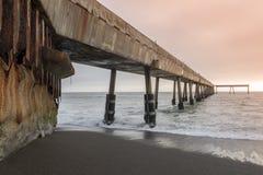 Под пристанью Pacifica муниципальной на заходе солнца стоковые фотографии rf