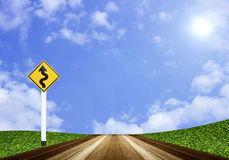 Пол планок знака и древесины извилистой дороги на голубом небе Стоковое Изображение RF