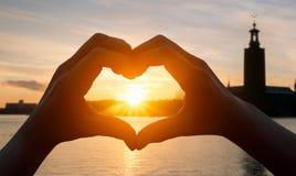 Подрезанная рука делая форму сердца Стоковая Фотография