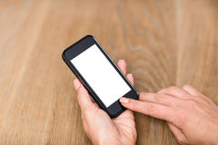 Подрезанная рука женщины используя умный телефон Стоковые Изображения