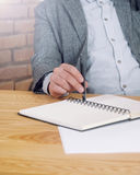 Подрезанная съемка рук человека с веществом ручки и работы на столе Стоковое Фото