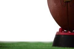 Подрезанное изображение американского футбола на тройнике Стоковое Изображение RF