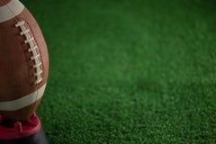 Подрезанное изображение американского футбола на тройнике Стоковые Изображения