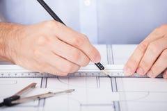 Подрезанное изображение архитектора работая на светокопии Стоковая Фотография RF