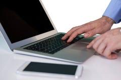 Подрезанное изображение бизнесмена используя портативный компьютер Стоковые Фотографии RF