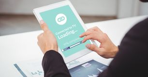 Подрезанное изображение бизнесмена используя цифровую таблетку с экраном загрузки Стоковая Фотография
