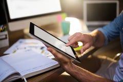 Подрезанное изображение бизнесмена используя цифровую таблетку Стоковое Фото