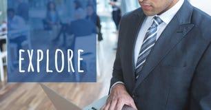 Подрезанное изображение бизнесмена работая на компьтер-книжке готовя исследует текст в офисе Стоковое Изображение