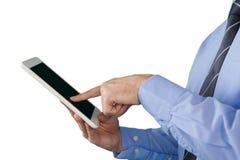Подрезанное изображение бизнесмена работая на планшете Стоковое Изображение RF