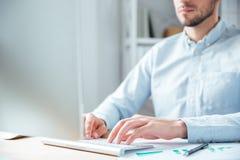 Подрезанное изображение бизнесмена работая с компьютером в офисе Стоковые Изображения RF