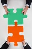Подрезанное изображение бизнесменов собирая мозаику Стоковая Фотография