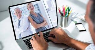 Подрезанное изображение видео конференц-связь бизнесмена в офисе Стоковая Фотография RF
