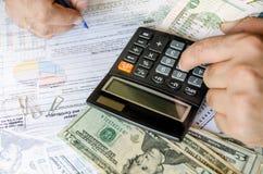 Подрезанное изображение высчитывать и налога бизнесмена Стоковые Фото