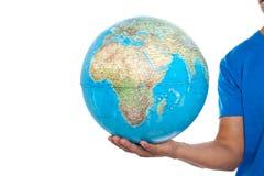 Подрезанное изображение глобуса удерживания человека Стоковые Фото
