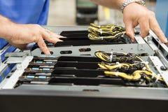 Подрезанное изображение гнезд для платы компьютера мужского техника рассматривая в электронной промышленности Стоковая Фотография RF