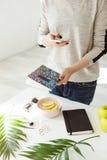 Подрезанное изображение девушки в вскользь обмундировании фотографируя стильные Стоковая Фотография RF