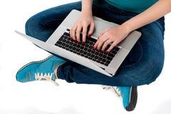 Подрезанное изображение девушки работая на компьтер-книжке Стоковое фото RF