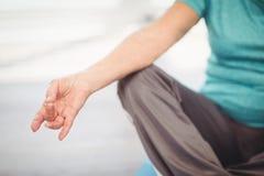 Подрезанное изображение женщины делая йогу Стоковые Фото