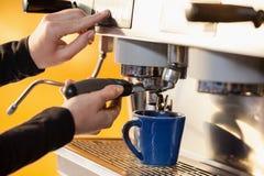 Подрезанное изображение женщины делая кофе Стоковая Фотография