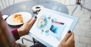 Подрезанное изображение женщины используя планшет с диаграммами и структуру на экране Стоковые Фотографии RF