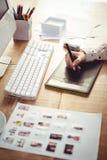 Подрезанное изображение женщины используя таблетку графиков Стоковые Изображения