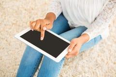 Подрезанное изображение женщины используя таблетку Стоковые Изображения