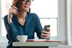 Подрезанное изображение женщины на таблице кафа Стоковая Фотография RF