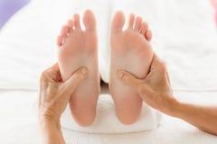 Подрезанное изображение женщины получая массаж ноги Стоковое Изображение
