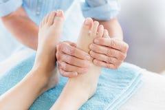 Подрезанное изображение женщины получая массаж ноги Стоковая Фотография