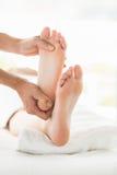 Подрезанное изображение женщины получая массаж ноги Стоковое фото RF