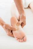 Подрезанное изображение женщины получая массаж ноги Стоковое Изображение RF