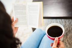 Подрезанное изображение женщины с книгой чтения кофе Стоковая Фотография