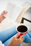 Подрезанное изображение женщины с книгой чтения кофе Стоковые Фото