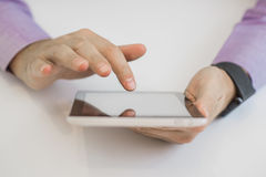 Подрезанное изображение красивого молодого бизнесмена используя таблетку Стоковое Фото