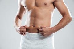 Подрезанное изображение молодого человека одело в полотенце Стоковая Фотография