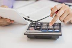 Подрезанное изображение мужского бухгалтера работая с бумагами Стоковое фото RF