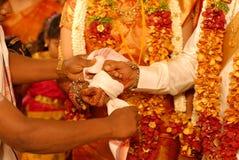 Подрезанное изображение пары свадьбы Стоковые Изображения