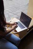 Подрезанное изображение рук женщин keyboarding на ее сет-книге с пустым экраном космоса экземпляра для вашего текстового сообщени Стоковое Изображение RF